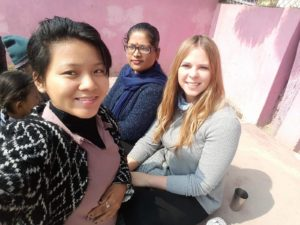 Antonia dando aulas de inglês no Nepal