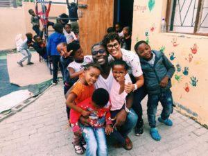 Vitor Maciel e Fernanda Freitas em uma creche da África do Sul