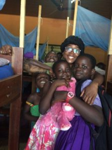 Volunteer in Ghana - Jeanette Warthon USA with the children