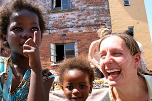 Volunteer in South Africa happy playing with kids