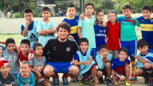 Voluntário em Buenos Aires, Argentina treinando futebol com os alunos