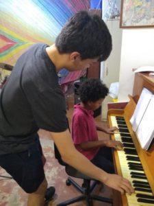 Caius Lee aus Enggland unterrichtet Musik in einer Favela