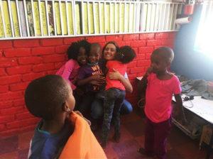 Sara Ferreira de Matos com as crianças