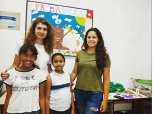 Adriana com as crianças