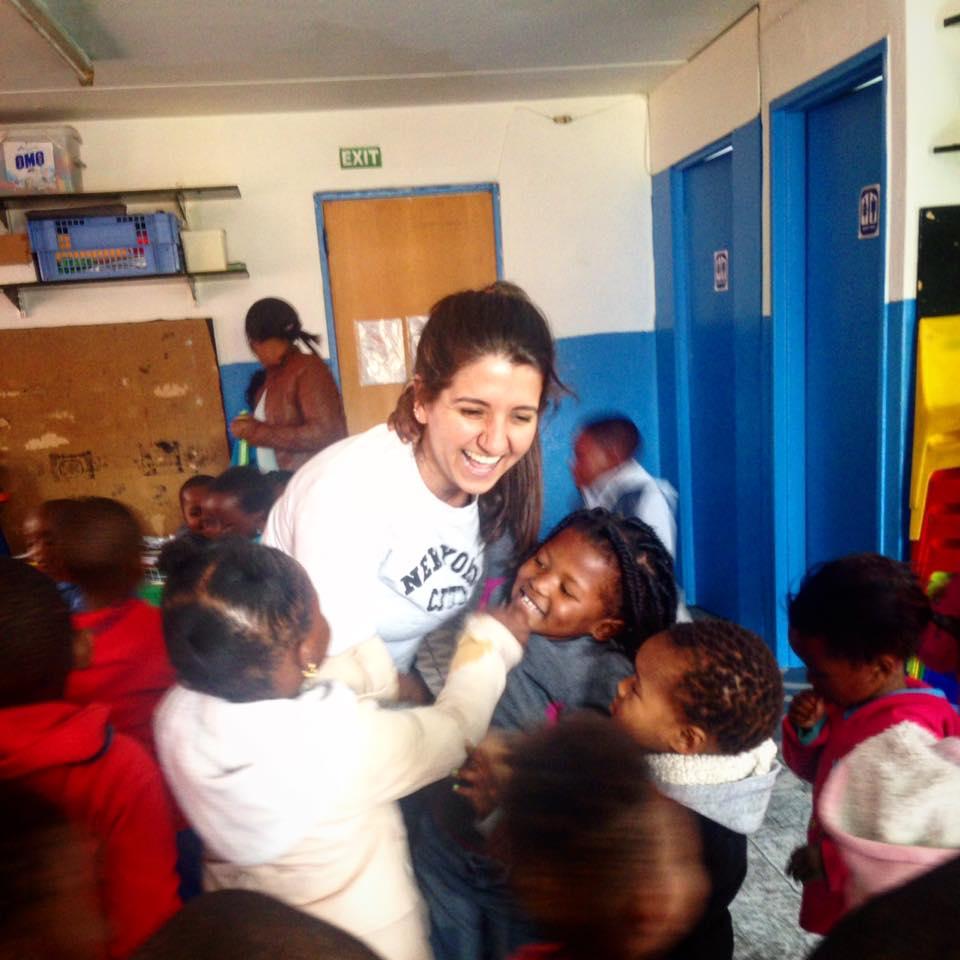 Mariana Oliveira voluntária na creche com as crianças