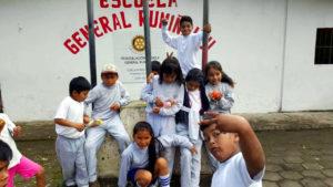 Ming als freiwillige Englischlehrerin in Ecuador mit ihren Schülern