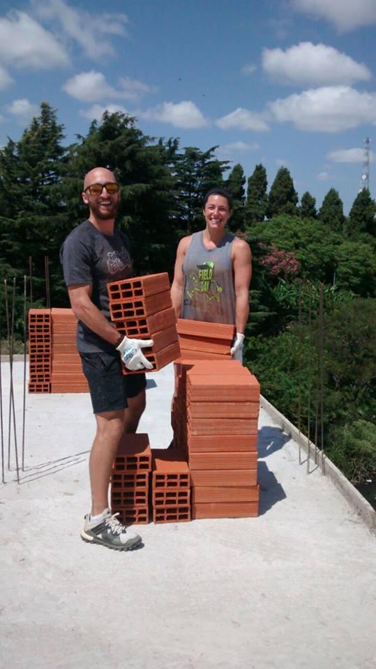 Nathan Nabatoff e Lindsey Willis, dos EUA, trabalhando duro em seu programa de Desenvolvimento Comunitário na Argentina. Muito obrigado rapazes!!