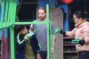 Joe Bartley e Vivian pintando no orfanato