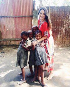 Samantha de Mexico City com as crianças no Quênia