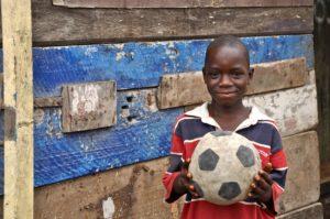 Voluntário com futebol e esportes na Tanzânia