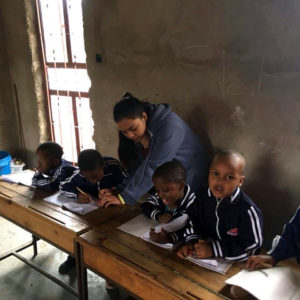 Nerissa Perumal (Kim), ad África do Sul, ensinando inglês na escola