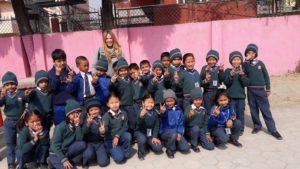 Ensino de inglês no Nepal - Antonia Bozzolo com os alunos