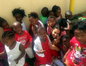 Isabella Neves com as crianças