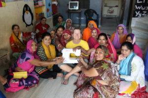 Claire spendet Nähmaschinen für das Frauenförderungsprojekt in Indien
