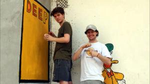 Jacob e Aiden voluntários de construção na Índia