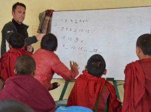 Fernando ensinando jovens monges no mosteiro Budista