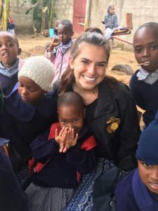 Gabrielle Zakas dos EUA mostrando seu carinho para as crianças do orfanato na Tanzânia