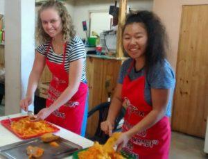 Lucy e Takara preparando refeições em Buenos Aires