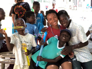 Volunteer in Ghana playing with children web