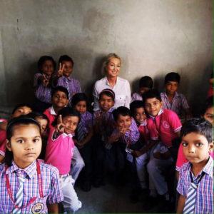 Lailana Smith cuidando das crianças na Índia