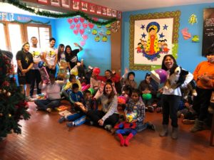 Silvia Malheiro ajudando as crianças em Cusco Peru