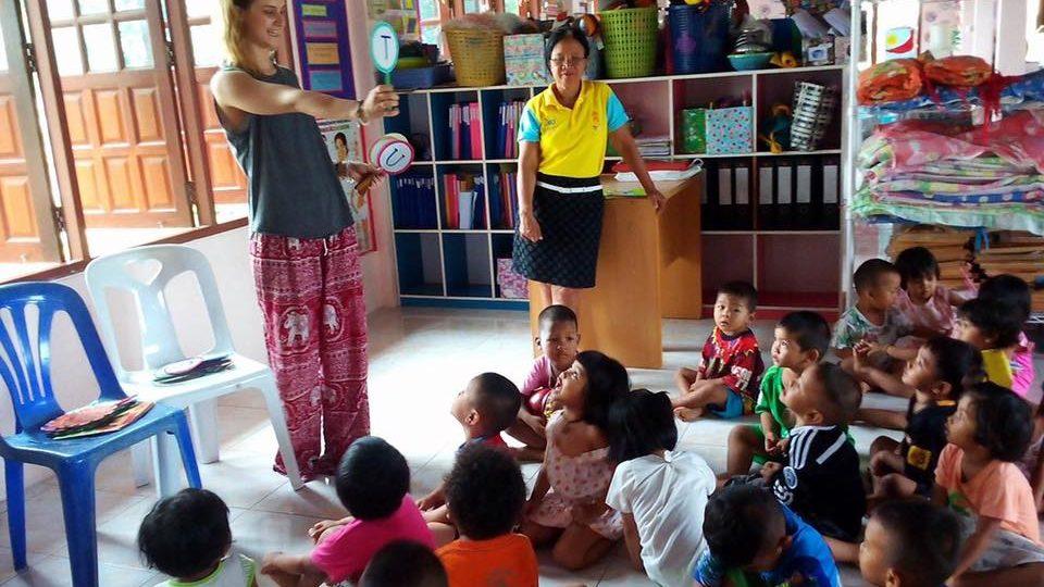 Trabalho voluntário com as crianças no creche
