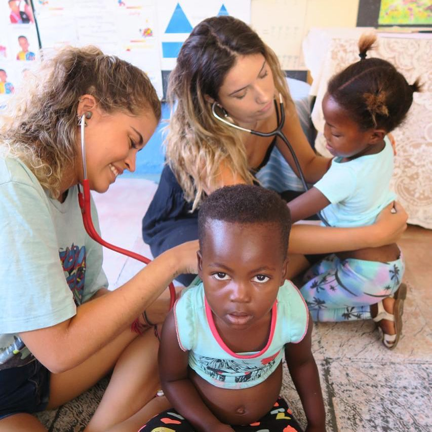 Ana Elisa Pena & Dr Fernanda Rangel doing a health screen with the children in South Africa
