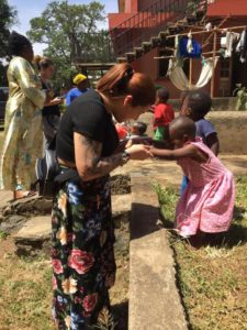 Jessica Mansoto mit den Kindern des Waisenhauses in Tansania