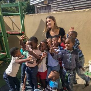 Camilla com as crinaças na creche de Doreen