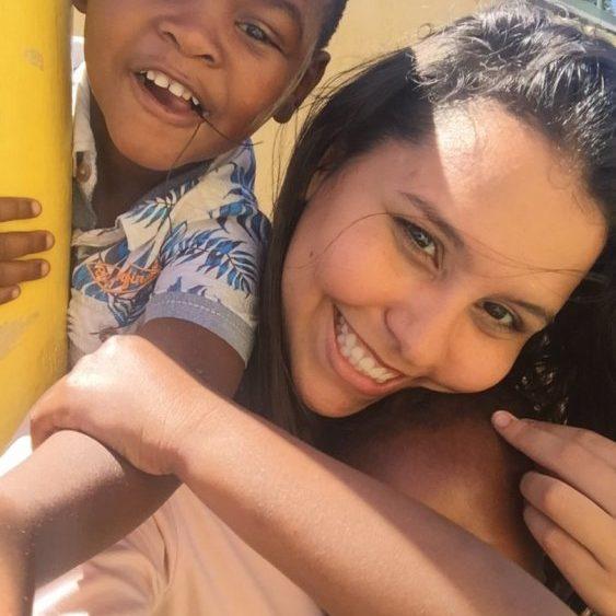 Isabella com um menino em Masiphumelele