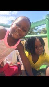 Duas meninas na Creche de Doreen
