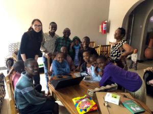 Irina Ruzhnikova doa um novo laptop para o orfanato em Arusha
