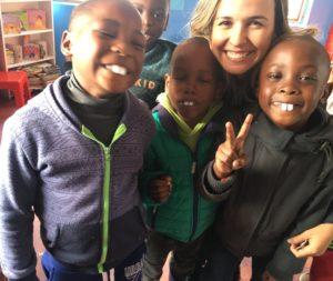 Die Kinder in Masi finden die künstlichen Zähne so lustig