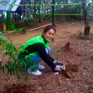 Jemy Chen und Chih-Yun helfen im Regenwald bei der Wiederaufforstung