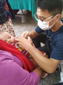 Voluntário médico Tsz Hin Lee de Hong Kong no Nepal