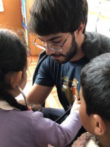 Felipe ajudou crianças como voluntário médico no Peru